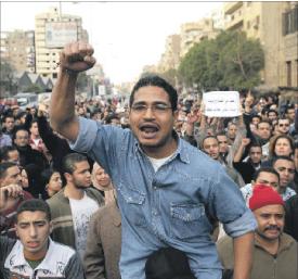 المصريون متحمسون للثورة متعثرون فى الديمقراطية