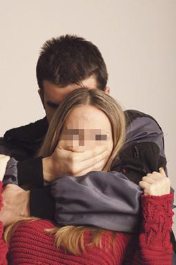 اختطاف فتاة من سيارة والدتها واغتصابها