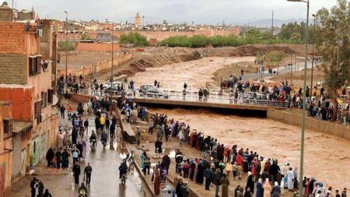 خطير ... إنقاذ العشرات من المحتجزين في السمارة بسبب الأمطار