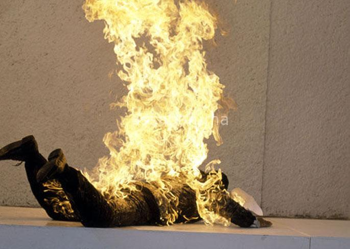 تلميذ يضرم النار في جسده