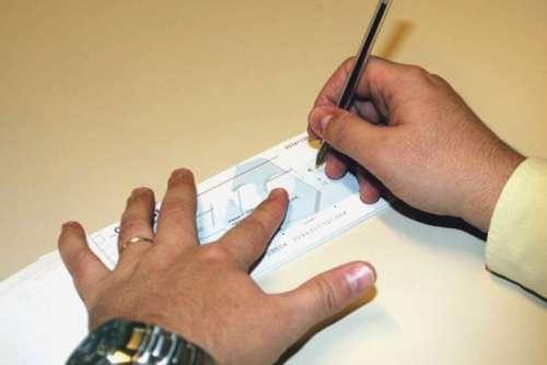 إدانة محام زور توقيع موكله