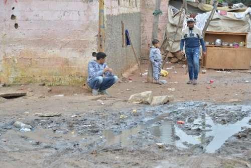 صور مؤلمة لمعاناة سكان الدواوير مع الأمطار الغزيرة بالبيضاء