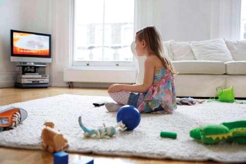 إدمان الأنترنت والتلفزيون...خطر يهدد الأطفال