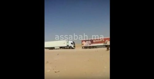 """فيديو ... سائق موريتاني يكشف حقيقة العصابات الصحراوية التي تعترض الشاحنات بـ """"الكركرات"""""""