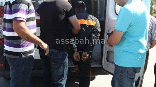 معتقل يعتدي على ضابط شرطة