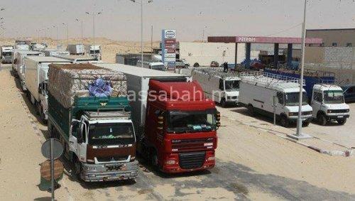 طابور الشاحنات الدولية في انتظار دورها للدخول