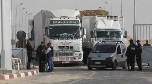 رجال أمن يتأكدون من هويات الشاحنات قبل الدخول