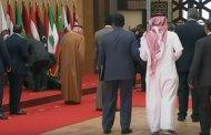 فيديو .. لحظة سقوط رئيس لبنان أرضا في القمة العربية