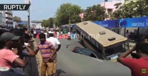 فيديو .. حفرة تبتلع حافلة وسيارة في الهند