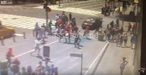 فيديو .. لحظة دهس سيارة للمارة في نيويورك