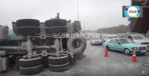 فيديو .. انقلاب شاحنة في الطريق السيار البيضاء المحمدية