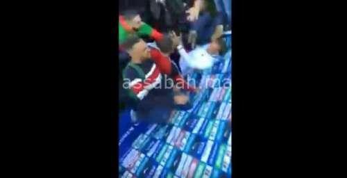 فيديو .. رونار يسقط أرضا بعد تدافع الجمهور المغربي بسويسرا