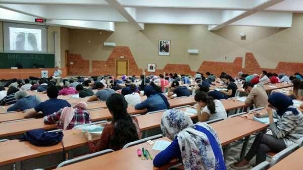أساتذة كلية الطب بمراكش يحتجون